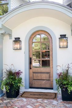 Fixer Upper Freshening Up a 1919 Bungalow for Empty Nesters is part of Front door planters - wood Lamp Exterior Front Doors Fixer Upper Freshening Up a 1919 Bungalow for Empty Nesters Exterior Siding, Exterior Paint, Exterior Design, Door Design, Style At Home, Home Look, Arched Front Door, Front Entrances, Front Entry