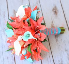 Ramo de la boda de tacto natural - Callas Teal Aqua turquesa Coral y lirios con conchas y estrellas de mar de seda ramo