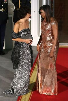 Michelle Obama WERQs a STUNNING Atelier Versace at her final state dinner like a diva making a curtain call Vestidos Versace, Barak And Michelle Obama, American First Ladies, American Women, American History, Barack Obama Family, Malia And Sasha, Michelle Obama Fashion, Versace Gown
