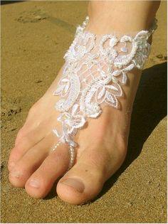 lace on barefoot bride excelente idea para las que se casan en playa! ☀⛵✈