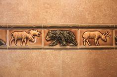 5 creative ideas to read before you start remodeling your bathroom Moose Decor, Bear Decor, Mountain House Decor, Log Home Decorating, Decorating Kitchen, Tiny House Bathroom, Washroom, Art Nouveau Tiles, Cabin Kitchens