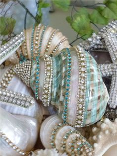 50 Cheap and Easy DIY Coastal Christmas Decorations Ideas - DIY Schmuck Ideen Seashell Painting, Seashell Art, Seashell Crafts, Beach Crafts, Diy And Crafts, Arts And Crafts, Seashell Projects, Seashell Ornaments, Mermaid Crafts