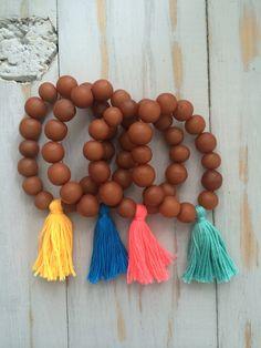 Pulseras hechas con semillas de Java y pompones neón!! MOKSHA® 2014 ventas@moksha.mx