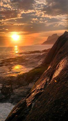 Pr do Sol na Pedra do Arpoador. Rio de Janeiro- Brasil / Sunset in Arpoador Rock, Rio de Janeiro t Beautiful World, Beautiful Places, Landscape Photography, Nature Photography, Photos Voyages, Beautiful Sunrise, Am Meer, Ciel, Amazing Nature