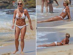 Britney Spears Rocks Hard Abs and Bikini in Hawaii (PHOTO GALLERY)