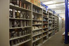 In den vielen, endlos erscheinenden Regalreihen des Sammlungszentrums werden Fundstücke aus verschiedensten Epochen eingelagert und inventarisiert. (c) Historisches Museum der Pfalz Speyer / Nicht zur kommerziellen Nutzung freigegeben.