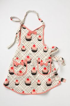 I SO need to get Irelyn a cute apron for her birthday - she is such a little Betty Crocker Anthropologie Apron, Cool Aprons, Sewing Aprons, Sewing Clothes, Cute Cupcakes, Kids Apron, Aprons Vintage, Uk Fashion, Scrappy Quilts