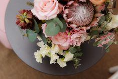 SO SCHÖNE BLUMEN GIBT'S! Kramer & Kramer bietet ein täglich frisches Sortiment ausgewählter Schnittblumen. Für Hochzeiten und alle denkbaren Feiern, die nach Blumenschmuck verlangen, stellen wir aufregende und ungewöhnliche Arrangements zusammen. Fad und gewöhnlich gibt's auch woanders. Floral Wreath, Wreaths, Home Decor, Giving Flowers, Cut Flowers, Floral Headdress, Beautiful Flowers, Nice Asses, Floral Crown