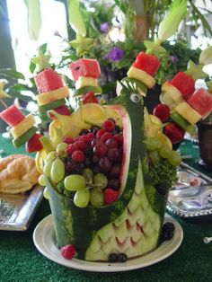 Sculptures of fruits and vegetables are the rights of small works of art. Look a few good ideas . Sculptures of fruit and vegetables 1 Fruit Sculptures, Food Sculpture, Veggie Display, Veggie Art, Fruit Creations, Food Carving, Watermelon Carving, Fruit Kabobs, Food Obsession