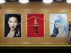 Anúncio da Coca-Cola interagindo com outros anúncios.