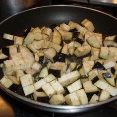 La pasta con le melanzane è un primo piatto profumato e semplice da realizzare, tipico della cucina mediterranea. Vediamo come prepararlo insieme.