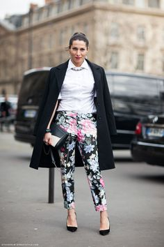 How to wear a white shirt. Pairing white shirt with printed trouser. White shirt street style looks.