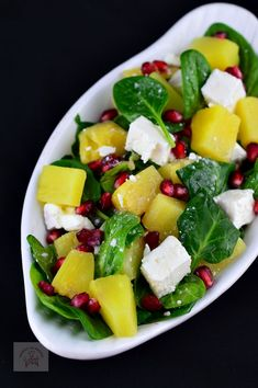 Salata cu spanac, ananans si feta - CAIETUL CU RETETE Healthy Salad Recipes, Quick Recipes, Baby Food Recipes, Vegan Recipes, Cooking Recipes, Cold Vegetable Salads, Good Food, Yummy Food, Food And Drink