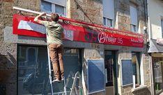 """🔨 Pose de l'enseigne """"Atelier 35"""" - aérogommage et ambiance déco à Saint-Sever. C'était mercredi sous un très beau soleil ☀️. Démontage d'une ancienne potence lumineuse, d'un panneau rond et habillage de panneaux existants en vinyles ainsi que d'une rampe lumineuse. #aerogommage #enseigne #commerce #normandie 🔹 www.vireoverso.com/activites/enseigne-lumineuse/"""