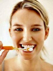 """Pojam """"prirodna pasta za zube"""" znači da ta pasta sadrži prirodne namirnice. To su uobičajene namirnice koje blagotvorno deluju na usnu duplju i delotvorne su u otklanjanju bakterija. Radi se o prirodnim antibakterijskim svojstvima pojedinih biljki i ulja. Pogledajte3 receptazaprirodnepastezazubei napravite ih kod kuće. Vaši zubi će vam biti zahvalni ! Klik na Pročitaj više !"""
