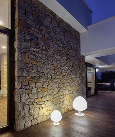 Chiralt Arquitectos I. Terraza en vivienda moderna. Muro de piedra natural.