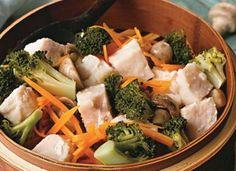 Se você prefere um jantar rápido, porém, mais saudável, aposte no badejo com legumes.