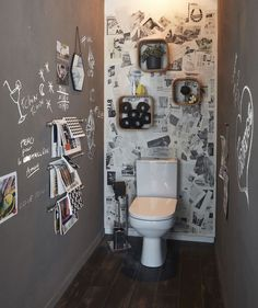 Enduit béton magnétique RESINENCE mercure noir Dress your walls with a slate gray chalkboard paint and create a personalized wallpaper with old newspapers … here is a deco of original toilets! Guest Toilet, Downstairs Toilet, Small Toilet, Modern Toilet, Bathroom Wall Decor, Bathroom Interior, Bathroom Ideas, Small Restaurant Design, Modern Vintage Bathroom