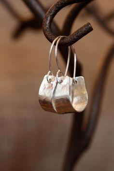 Einfache Sterling Silber Creolen, gehämmert für Textur und geringes Gewicht für den Alltag. Sterling Silber Ohr Drähte schieben Sie auf der Rückseite