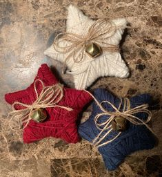 """""""Let Freedom Ring"""" with these cute Farmhouse Yarn Wrapped Stars. The perfect Bowl Fillers for the of July. Set of 3 in Country shades of Red, Cream, and Blue. Each one embellished with Burlap twine,bows, and a gold jingling bell! Americana Crafts, Patriotic Crafts, Primitive Crafts, Primitive Christmas, Primitive Patterns, Patriotic Wreath, Country Crafts, Wood Crafts, 4th July Crafts"""