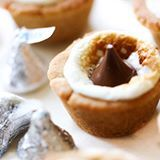 These HERSHEY'S KISSES Peanut Butter Marshmallow Cookie Cups are delightful! They have a crisp and chewy peanut butter cookie outside and are filled with HERSHEY'S KISSES Chocolates and gooey marshmallows. Each bite is absolutely heavenly! #sponsored (direct link in profile)