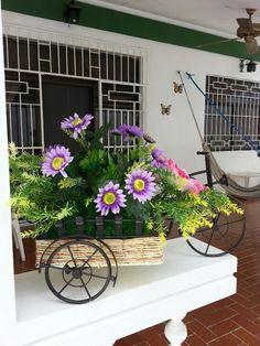 Carreta adornada con flores artificiales para exterior.