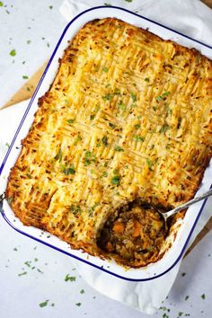 This easy Shepherd's Pie recipe is the perfect comfort food. It can also easily be made gluten free or Slimming World friendly and can be made ahead. Lamb Recipes, Curry Recipes, Meat Recipes, Savoury Recipes, Crockpot Recipes, Healthy Recipes, Bourguignon Recipe, Lamb Dinner