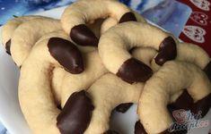 Vanilkové rohlíčky patří do základní výbavy sladkého vánočního cukroví. Já zvyknu tyto rohlíčky připravovat i během léta, i když vím, že takové cukroví se připravuje pouze na Vánoce. Autor: Mineralka Doughnut, Sausage, Cheesecake, Rum, Cookies, Food, Christmas, Top Recipes, Cake Cookies