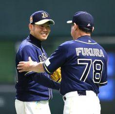 完封勝利を飾った西勇輝は福良淳一監督と握手をかわす(撮影・梅根麻紀)