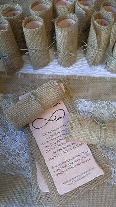 Convites de casamento em juta e papel pregaminho, gostam? Peça orçamento e amostra personalizada por mensagem privada. By Xara Casamentos