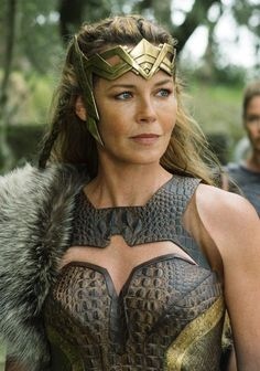 Hippolyta would have a headdress similar to this. It would portray her noble sta. - Hippolyta would have a headdress similar to this. It would portray her noble status and would give - Wonder Woman Kunst, Wonder Woman Art, Wonder Women, Batman Begins, Gal Gadot, Chica Fantasy, Jason Todd Batman, Justice League Wonder Woman, Fictional Heroes