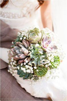 Cela faisait un petit moment que je n'avais pas partagé d'inspiration de bouquet de mariée... J'ai complètement craqué pour ce bouquet de succulentes et gypsophile. Et cette boutonnière assortie pour Monsieur... Juste parfaite! Huge fan of this amazing wedding bouquet made of succulents.