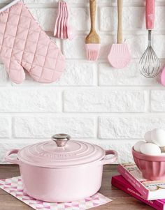 Pink magic✨ Pin in Balerma Nutrition! Cute Kitchen, Shabby Chic Kitchen, Pastel Kitchen Decor, Deco Pastel, Pink Houses, Everything Pink, Pretty Pastel, Pink Love, Home Design