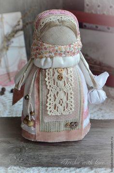 Купить или заказать кукла-оберег'Ангел добра и благополучия'.Весна. в интернет-магазине на Ярмарке Мастеров. Милый,добрый и нежный ангелочек спешит принести радость и благополучие в каждый дом. Куколка выполнена бесшитьевым способом на берестяной основе.Использованы хлопок,лён,хлопковое кружево,деревянные бусины.В мешочке у ангела гречневая крупа-символ благополучия и достатка. С пожеланиями радости,добра,благополучия,бесконечного счастья и любви!