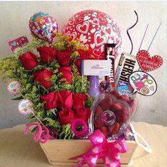 Aprende cómo hacer una canasta de flores con globos para el día de la madre ~ cositasconmesh Valentine Bouquet, Birthday Bouquet, Creative Gift Baskets, Creative Gifts, Valentine Gift Baskets, Valentines Diy, Birthday Hampers, Flower Box Gift, Happy Birthday My Love