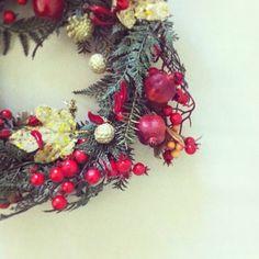 17 dicembre: un tocco di rosso. I peperoncini per la fortuna, i melograni per l'abbondanza, l'oro per la ricchezza, il rosso per la gioia delle feste. Nonna Rosella ha realizzato questa ghirlanda per me l'anno scorso.