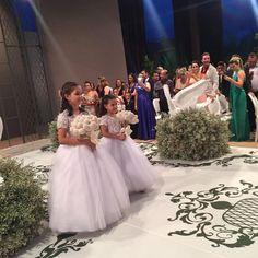 Fotos do casamento Gusttavo Lima e Andressa Suita. Daminhas de honra com buquê de coraçõezinhos da Little Cute.