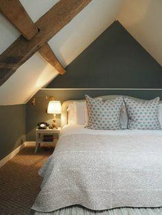 Amenagement Comble, Poutres Apparentes, Couleur Mur Gris, Plafond Blanc,  Couverture Lit Blanc