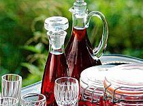 NALEWKA z rabarbaru - Stylowi.pl - Odkrywaj, kolekcjonuj, kupuj Alcoholic Drinks, Beverages, Irish Cream, Wine Decanter, Preserves, Food And Drink, Vogue, Table Decorations, Recipes