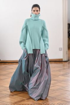 The complete Antonio Berardi Fall 2018 Ready-to-Wear fashion show now on Vogue Runway. Knitwear Fashion, Knit Fashion, Look Fashion, High Fashion, Fashion Outfits, Fashion Design, Vogue Fashion, Cheap Fashion, Fall Fashion