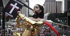 Transexual desfila com fantasia crítica à bancada evangélica na Parada Gay