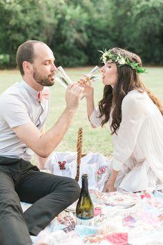 Champagne engajamento piquenique   Amanda Watson Fotografia   ver mais em: http://burnettsboards.com/2014/08/romantic-picnic-engagement/
