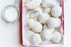 Deze koekjes smelten in je mond en horen bij de feestdagen. Vervang eventueel de hazelnoten door evenveel amandelen, walnoten of pecannoten - Recept - Allerhande
