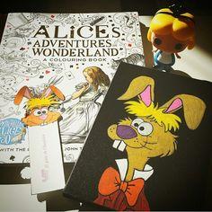 """Para los que disfrutan con """"Alicia en el país de las maravillas"""", hoy os recomendamos un libro para colorear un montón de escenas con algunas de las frases más características. Con más de 80 páginas para llenar de color.  Y si además queréis sorprender a alguien tenéis funkos de los personajes, libretas pintadas a mano y marcapáginas de algunos de los personajes."""