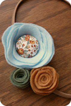 perfect with the covered button Felt Crafts, Fabric Crafts, Crafts To Make, Diy Crafts, Floral Fabric, Fabric Flowers, Buttons Ideas, Felt Bows, Hairbows