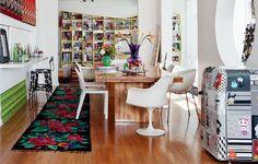 A designer Adriana Barra investiu em um ninho repleto de suas paixões, como as estampas. À direita, na sala, o frigobar leva a sua assinatura, em série numerada e esgotada