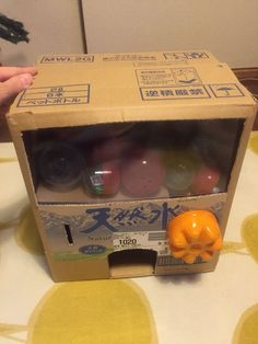 ガチャガチャの材料と作り方をご紹介します                    《材料》*ダンボール箱2つ(お水2L×6本のを使いました)*ペットボトル*ガムテープ*硬質カードケース(またはクリアファイル)*牛乳パック