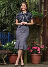 I Love this polka dot outfit, very elegant ! Blouse And Skirt, Dress Skirt, Skirt Outfits, Cool Outfits, Satin Bluse, Classic Skirts, Mode Vintage, Look Chic, Office Outfits