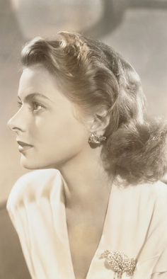 Top Beautiful Hollywood Actresses: INGRID BERGMAN Who can ever forget Casablanca. I fell in love with her Swedish Actresses, Classic Actresses, Classic Films, Beautiful Actresses, Hollywood Actresses, Actors & Actresses, Hollywood Stars, Old Hollywood Glamour, Golden Age Of Hollywood