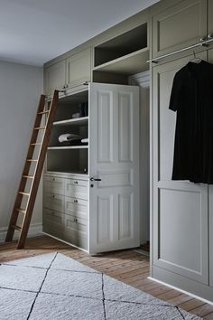 Minimalist inspiration in the closet via Kitchens & Beyond - Minimalism - FREE, CHEAP AND EASY Tips for Living a Minimalist Lifestyle ! Bedroom Closet Storage, Bedroom Wardrobe, Wardrobe Doors, Built In Wardrobe, Wardrobe Design, Build A Closet, Kid Closet, Closet Ideas, Attic Master Suite